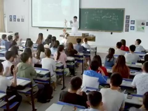 老师课堂上夸奖美女,同学不服,刚上讲台就呕吐