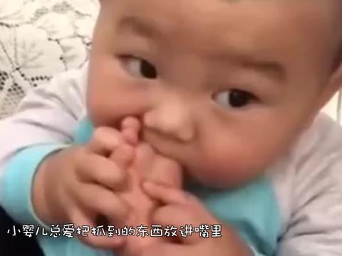 双胞胎啃脚丫,姐姐不啃自己的非要啃妹妹的,网友:她的更好吃吗