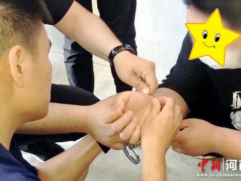 河南禹州:手铐锁芯故障无法打开 民警求助消防队员剪断