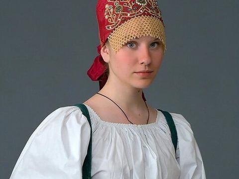 老照片 身穿民族服装的俄罗斯美女 仪态万千