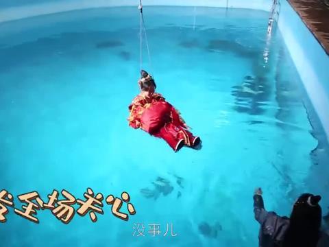 《凤唳九天》花絮:李墨之水中拍戏,喝了一大口水