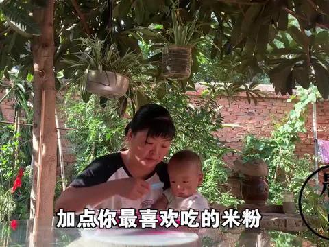 天气太热宝宝不爱吃饭,妈妈给他做了啥,小家伙吃得美滋滋