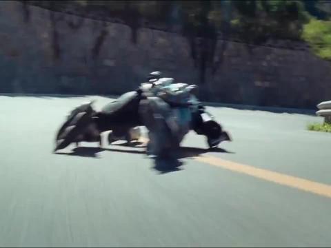 成龙惊险滑轮,上演公路追逐