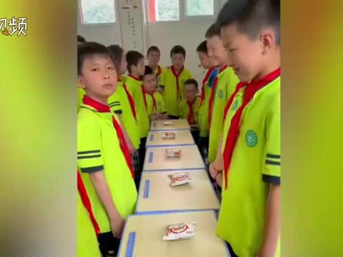 老师组织学生玩抢薯片游戏 大家其乐融融场面温馨