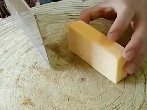 饭店厨师的刀工厉害,能把红薯切花型的样子