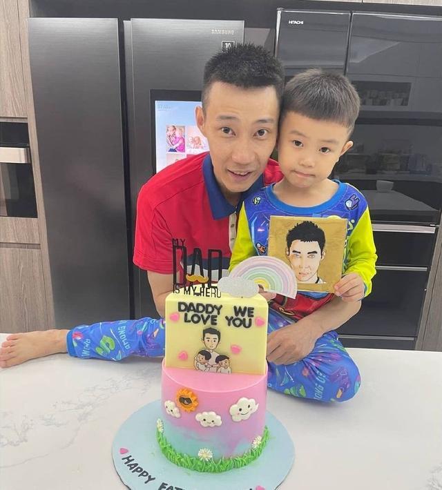 羽球名将李宗伟晒出父亲节礼物,抱着2个孩子上镜略显消瘦