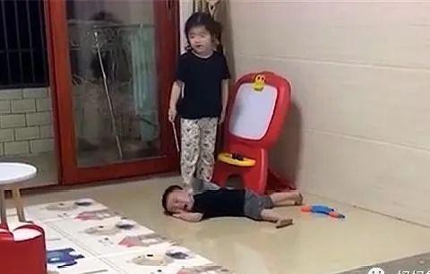 双胞胎兄弟被姐姐训哭,妈妈安慰:再忍忍