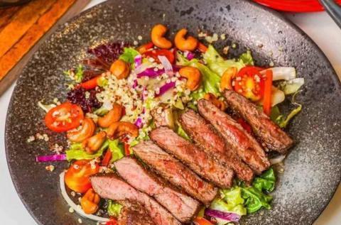 分享牛排沙拉的好吃做法,食材丰富,家人都爱吃