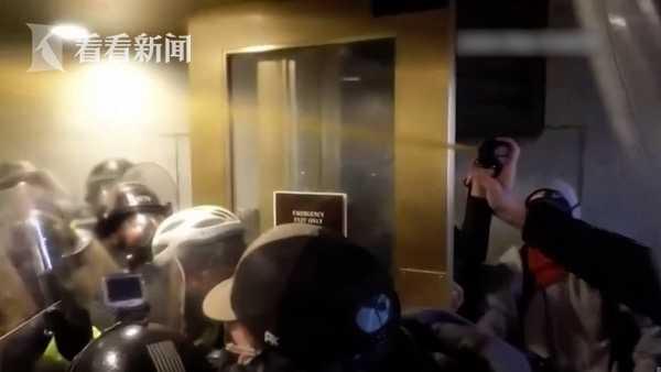 美国司法部公布国会骚乱新视频 警察遭暴徒喷液体扯面罩大喊救命