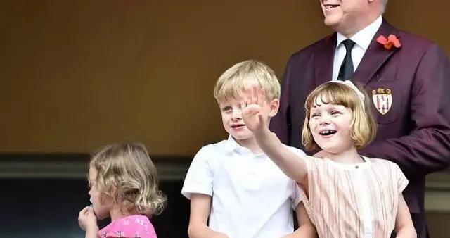 摩纳哥6岁龙凤胎看比赛,只有63岁亲王陪伴,仍难和王妃妈妈同框