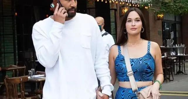 凯西离婚后和新男友逛街,两人十指相扣尽显恩爱,引发媒体关注