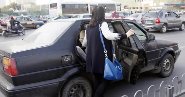 """""""黑车""""非法营运被抓现行,司机:带客收钱是为""""人民服务"""""""