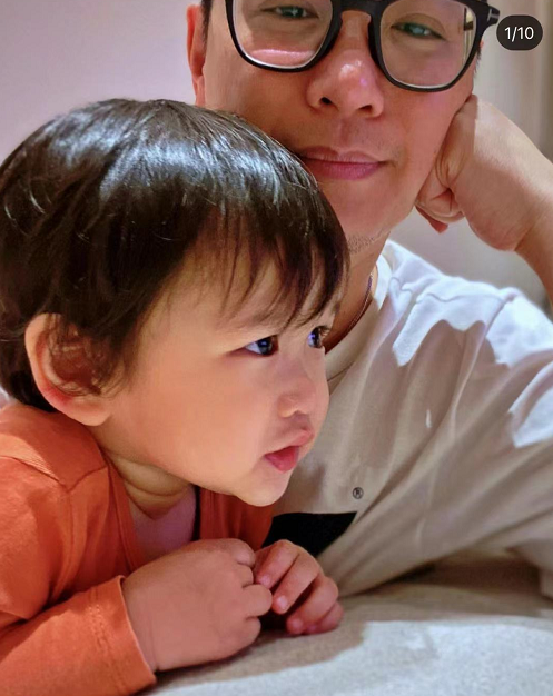 胡杏儿携仨儿子切蛋糕,为李奕霖庆2岁生日,三胎儿子表情超搞笑