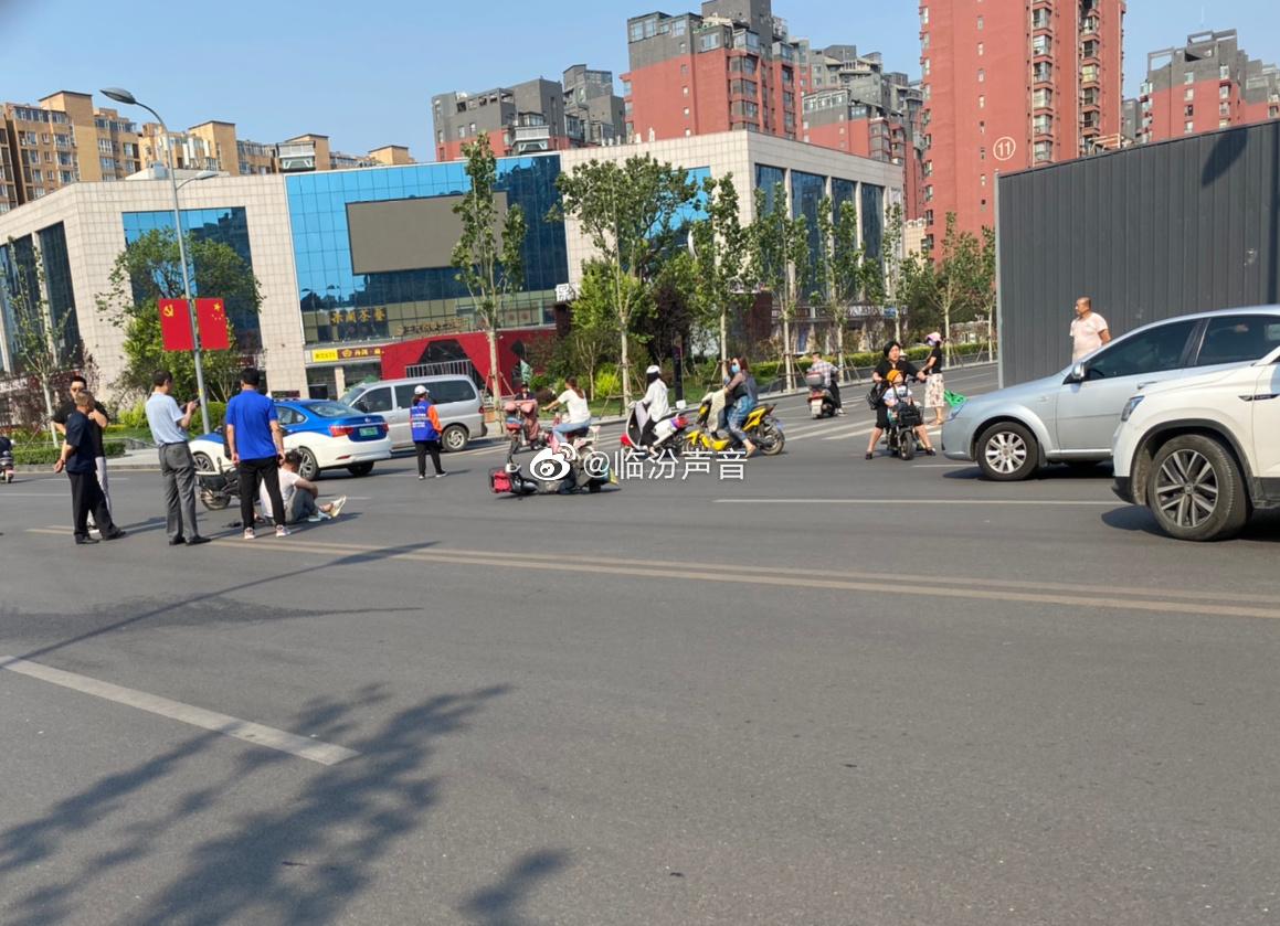 网友爆料:今天早上中大街黑马附近一个车把电动撞了……