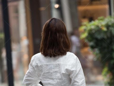 白色休闲衬衫,别出心裁的设计,彰显与众不同的时尚感