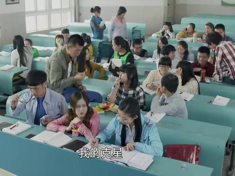大叔第一天上课,女学生就迟到,谁知他的做法太奇葩
