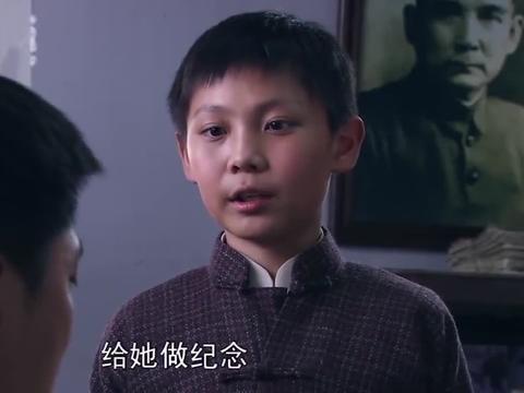 小伙10岁参军,以为父母早已身亡,没想就在人群里为他鼓掌