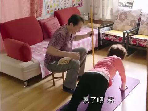剧情:老总结婚十周年,送妻子一把扇子,妻子你藏的玉镯呢