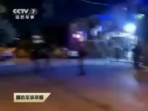 巴勒斯坦民众向以部队投掷烟花爆竹