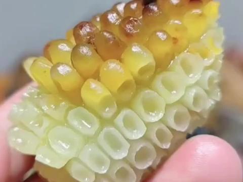 用玉石雕刻的玉米,逼真的让人想咬一口!