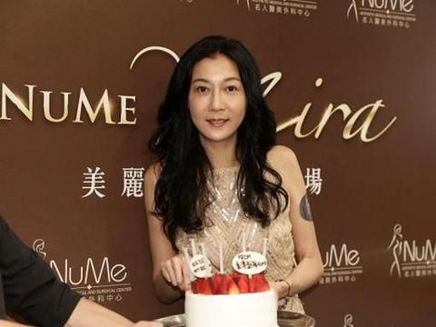 吴绮莉逃过中年发福,47岁穿紧身裙真够自信,长腿纤细没半点缩水