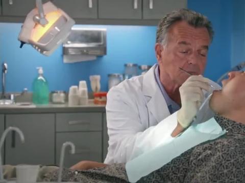 影视:华裔大叔洗完牙后,这口牙齿白得都可以当灯泡了,爆笑