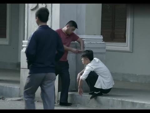 假小子叫人找李国生麻烦,国生不动手就把人吓跑,笑翻