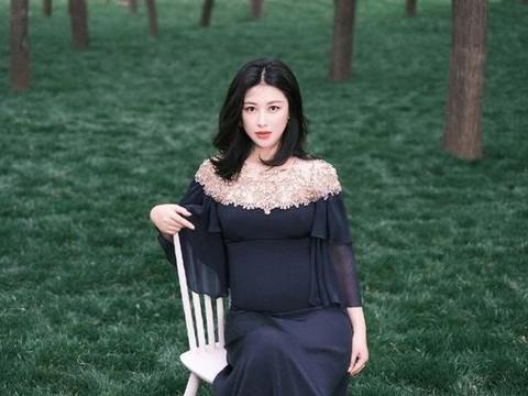 37岁朱珠太敬业,三穿黑裙挺7月肚助阵新戏,全身臃肿累到坐凳子