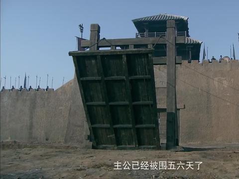 刘备和曹军打的不可开交,关羽想要偷袭曹军,手下却拼死阻止关羽