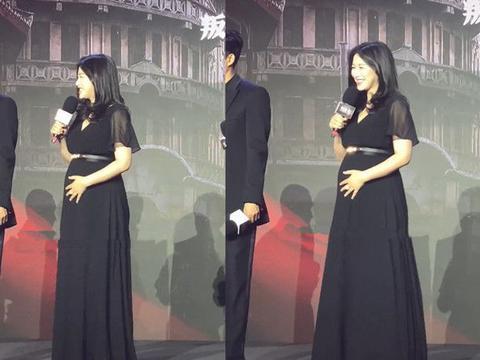 朱珠太敬业,三穿黑裙挺7月孕肚助阵新戏,全身臃肿累到坐凳子