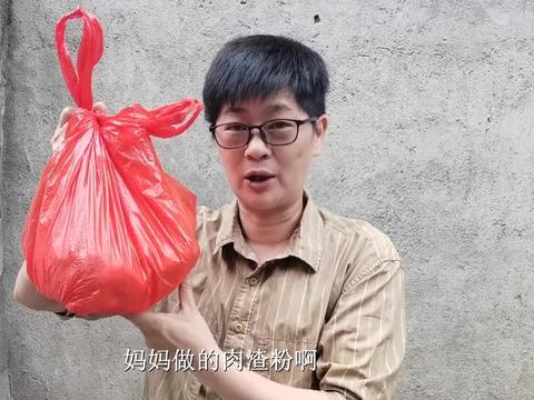 九九买肉母亲下厨来做肉渣粉,儿子闻香自来,喜欢的朋友赶紧收藏