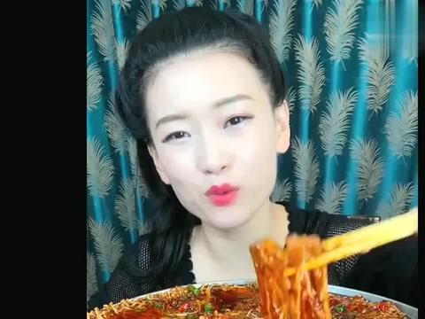 美女吃爆辣金针菇,这么一大口吞下去,胃能受得了吗?
