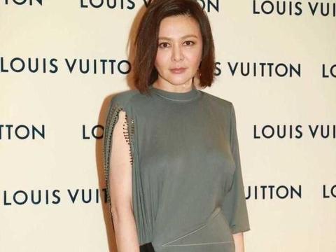 关之琳对身材真自信,58岁还穿真空贴身裙,丝毫没有岁月的痕迹