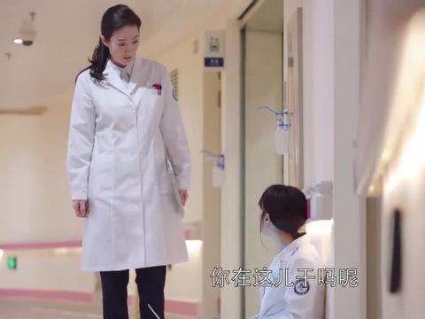 女医生怕放弃孩子的治疗,坐产房门口地上守着,医者仁心难得