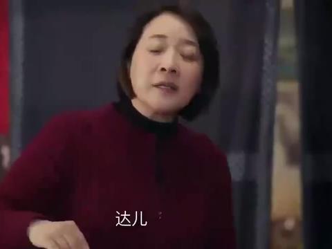 姥姥的饺子馆:一家人吃年夜饭,二姐抓起鸡腿就开吃,饿的不行了