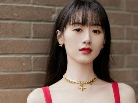 袁冰妍终于不再撞脸赵丽颖,穿吊带红裙出镜,火了之后更自信了