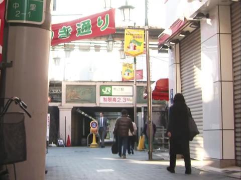 五郎穿梭在美食街中,闲适安逸,让人不自觉放松!