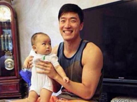 刘翔官宣升级当爹?小两口情侣装罕见秀恩爱,和吴莎已结婚两年多