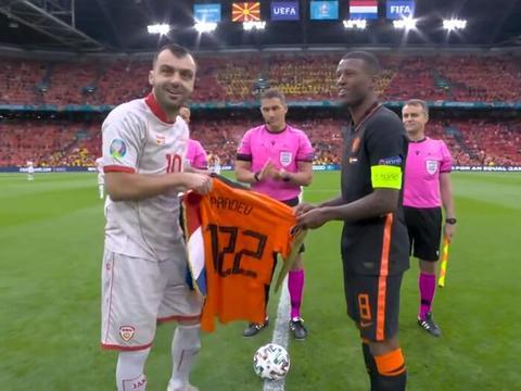 潘德夫国家队谢幕之战队友列队致敬,荷兰队送球衣