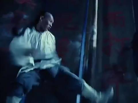 万夫莫敌:世玉可真机灵,在旋转的转门上等着,找准机会给他一脚