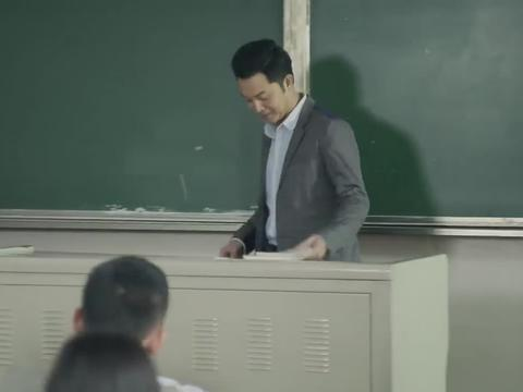 博士老公:女学生第一天上课迟到,老师罚她背诗,开口全班人呆了