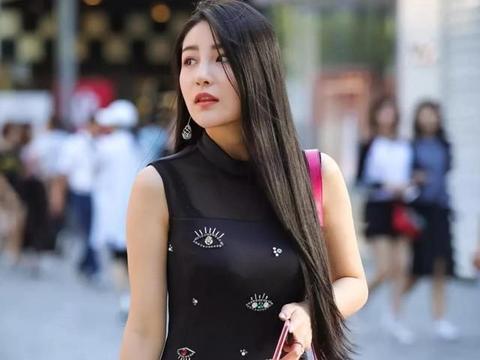 夏季穿搭黑色无袖裙,网纱拼接的领口,穿着时髦又抢镜,魅力迷人