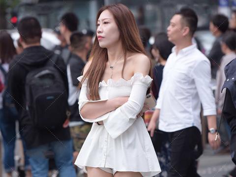 一字肩公主裙,花边装饰甜美可爱,蓬松裙摆时髦洋气