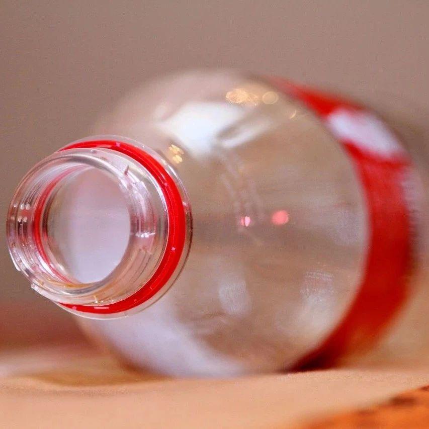 睡觉前在脖子后面放一瓶矿泉水,可以解决很多人的一个大难题,作用很棒!