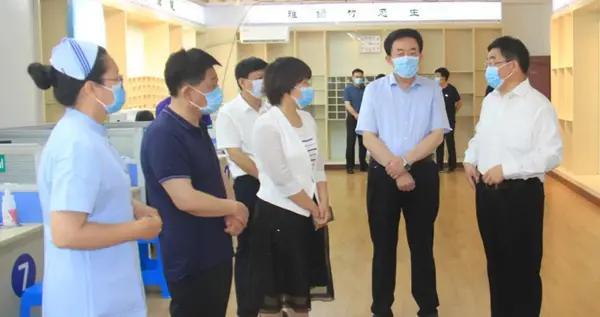 滨州市副市长穆杰到邹平城南疫苗接种点调研