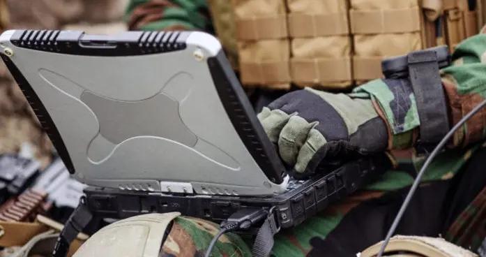 站在最高点的美军用什么笔记本电脑?吃鸡香不?
