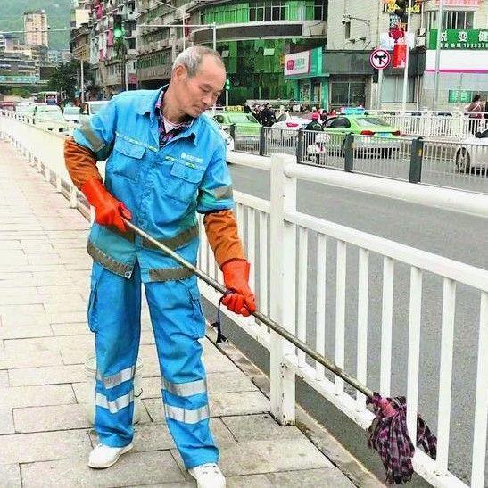通川桥上年过花甲的环卫工