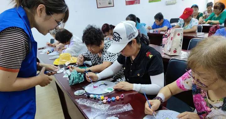 手绘团扇迎夏至,传统节气活动居民爱参加