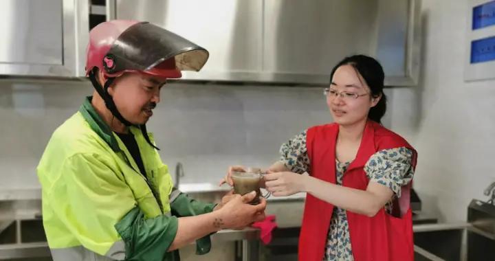 面向室外工作者提供酸梅汤、绿豆汤等免费清凉饮品