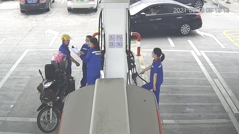 一男子借用摩托车多次往返加油企图私灌汽油,加油站员工及时制止